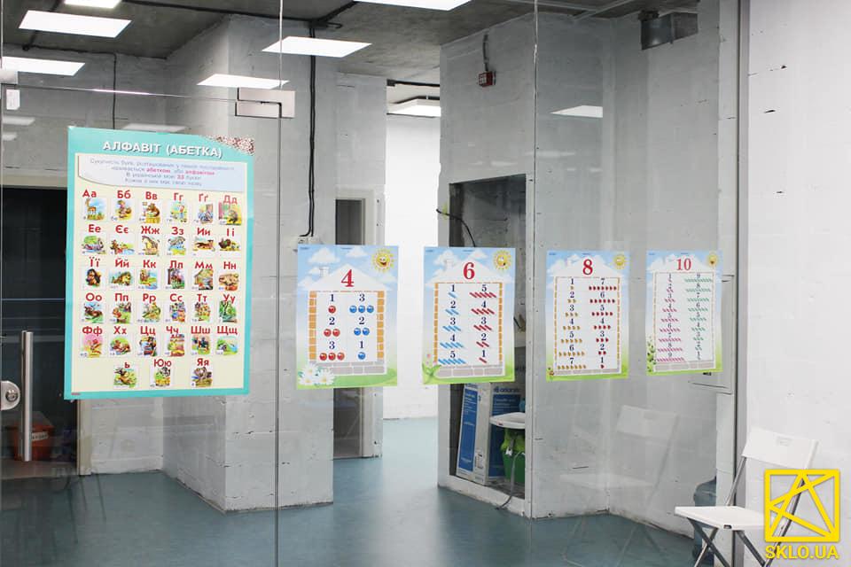 Безрамное интерьерное остекление в детской школе Кенгуру