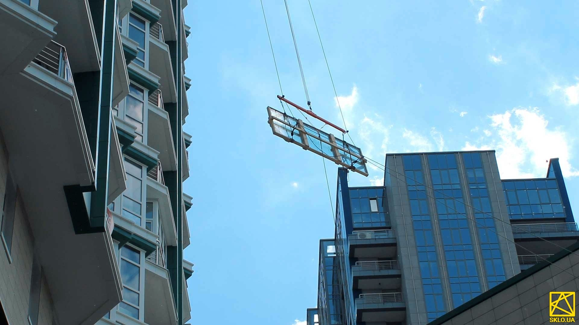 Панорамне скління. Підйом габаритних конструкцій на 26 поверх